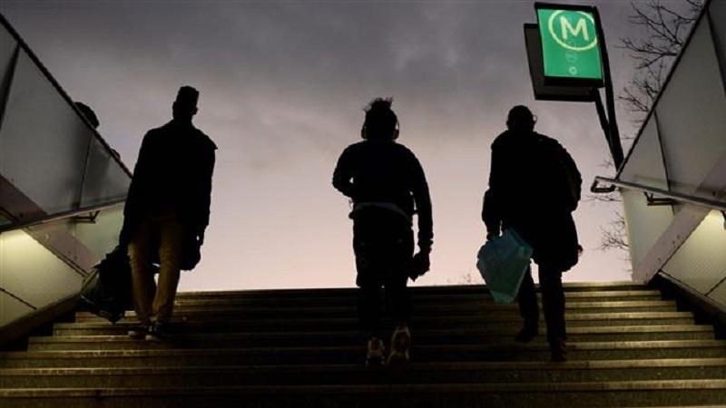 Passeggeri che escono dalla metro di Parigi