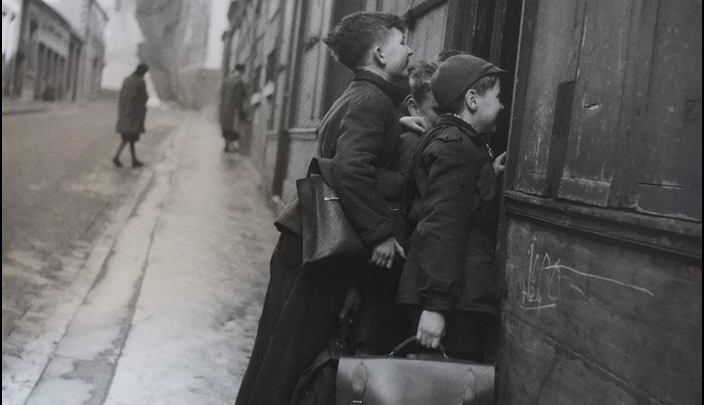 Les écoliers curieux, Paris, 1953 - Robert Doisneau