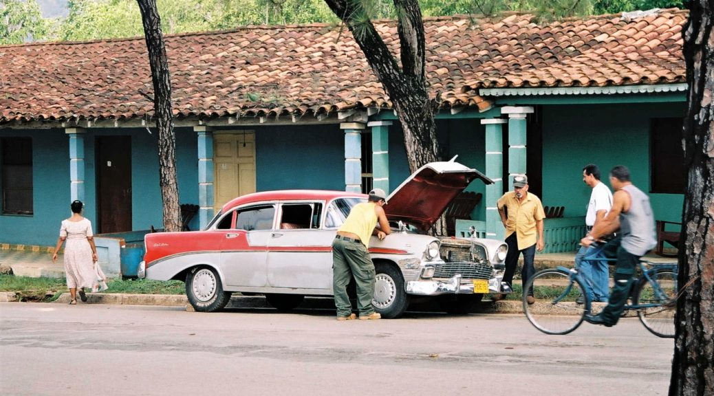 fi Caroline Vigliani - Cuba, Vinales (2004) Man repairing his car, Vinales (Cuba)
